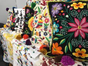 almohadas tejidas a mano por mujeres artesanas suré
